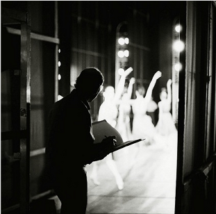 Stanley Roseman drawing in the wings of the Paris Opera. Photo by Ronald Davis.
