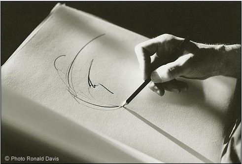 Photo of the hand of the artist Stanley Roseman at work, Paris Opéra, 1994. © Ronald Davis