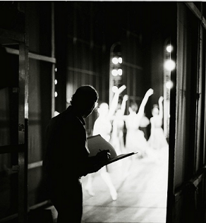 Stanley Roseman drawing in the wings of the Paris Opera. Photo © Ronald Davis.